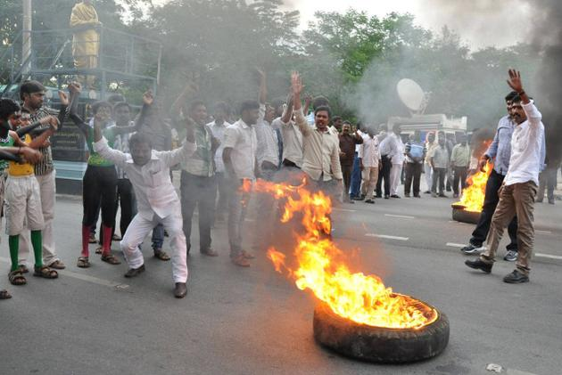 Seemandhra protestors attack Telangana MP at Tirupati