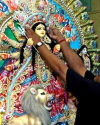 Indian artisan Mintu Paul, gives finishing touch to a Singapore bound 25kg, 6feet tall idol of Goddess Durga at the Kumartoli workshop in Kolkata on September  8, 2013. (Photo: IANS)