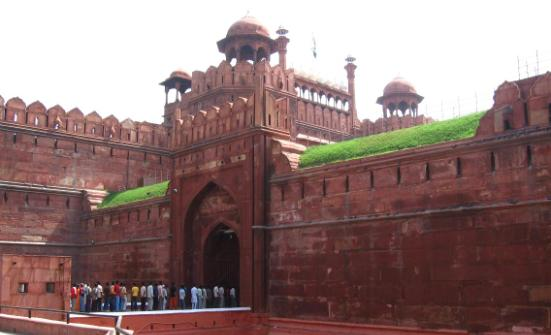 essay on red fort in urdu