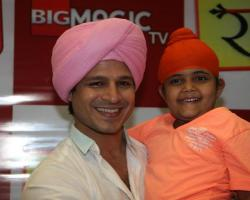 Actor Vivek Oberoi with child actor Rimmi Srivastav during the promotion of Big Magic`s television show Raavi in Mumbai, October 16, 2013. (Photo: IANS)