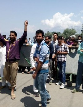 Protests against LAWDA department at Brein Nishat road Kashmir