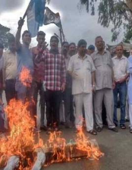 Sunderbani residents show agitation against the government in support of AIIMS protest