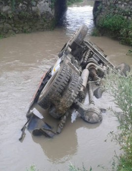 Tipper skids off road; falls into Nahal Hazratbal