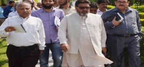Altaf Bukhari directs removal of barbed wire from Mubarak Mandi complex